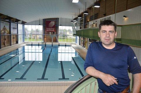 FLISESPIKKERI: Leder i Moheia Bad, Roy Millerjord, opplyser at mellom 1.500 og 2.000 fliser er skiftet ut i badet under driftsstansen i sommer. Foto: Trond Isaksen