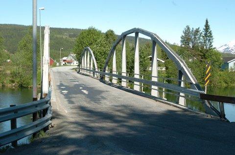 Nå skal bergveggen ved gamle Røssvoll bru sikres.