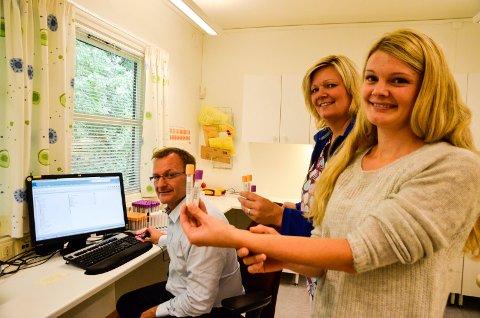Fastlege Per Laurits Pedersen og kontorleder Katrin Grongstad ved Ytteren legesenter opplever det som et stort framskritt å kunne rekvirere blodprøver via data. Bioingeniør og prosjektleder ved Helgelandssykehuset, Hilde Klemmetvoll håper flere legekontor vil koble seg på.