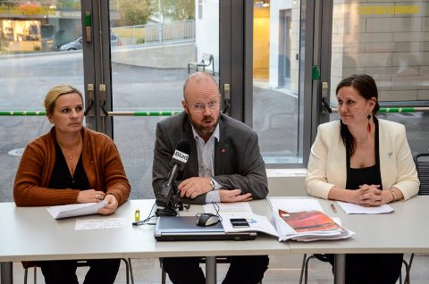 Varaordfører Linda Veronika Eide (t.v.), ordfører Geir Waage, begge Ap, og Hilde Rønningsen fra SV under presentasjonen sist fredag. Foto: Øyvind Bratt
