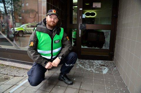 Politiet er på stedet og gjør åstedsundersøkelser søndag formiddag. Politibetjent Arild Woldmo forteller at innbruddsalarmen gikk klokka 09.13