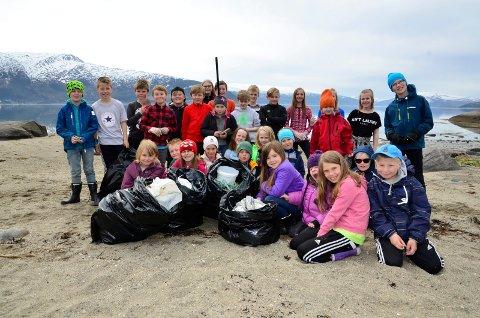 STRANDRYDDER: Elevene på Alteren skole har ryddet stranda i årevis. Her fra ryddeaksjonen i fjor