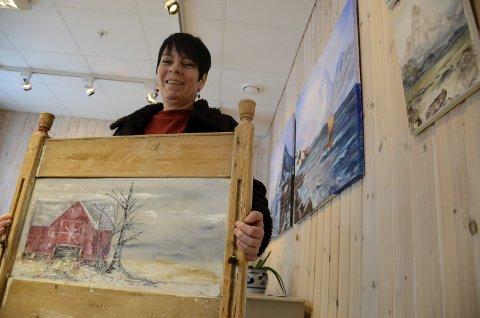 – Jeg synes det er så artig å male på tre, forteller Trine Lise Moen Solvang, her med et bilde malt på en sengegavl.