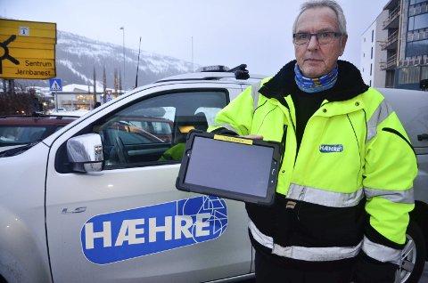 NETTBRETT: Dumper-bas Thor Tangen hos BetonmastHæhre forteller at firmaet ble frastjålet flere nettbrett natt til tirsdag. Brettene er av merket Samsung, men litt mindre enn det Tangen her viser fram.