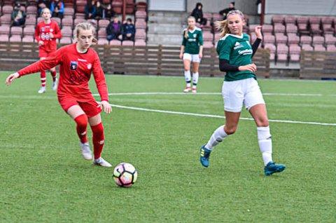 IKKE GODT NOK: Gruben-kaptein Caroline Nilsen t.h.) synes de klarte seg bra, til tross for 0-4-tap for Grand.