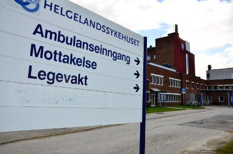 Foreldrene til ei ung jente som hadde fått varmt vann over seg, har klagd til fylkeslegen i Nordland, etter opplevelsen de fikk i møte med Legevakta i Rana.