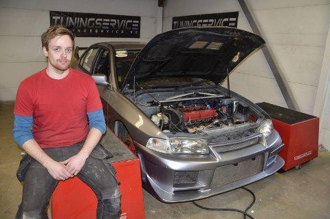 I BENK: Stian Hanssen har investert i utstyr der man kjøre bilen i en såkalt bremsebenk, der man kan se hvor mye krefter man får på hjulene. Foto: Trond Isaksen
