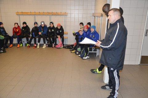 AMPUTERT? Polarsirkelakademiet er i gang, i  vinter i regi av Rana fotballklubb. Men trenermangel gjør at satsingen kan bli en del amputert denne vinteren. Her er det Andrej Jefremov som instruer ett av kullene før utetreningen.