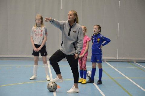 Instruktør: For noen år siden var det Lisa-Marie Karlseng Utland som ble trent i Ranahallen. Denne gangen var hun selv trener for yngre lokale jenter som vil bli bedre i fotball. Foto: Stian Forland