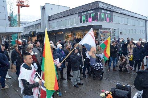 Opp mot 70 personer møtte opp i gågata for å vise sin solidaritet med det syriske folk.
