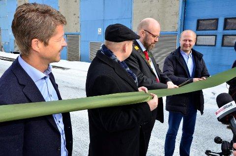 SNORKLIPP: Ordfører Geir Waage og Bitfury-sjef Valery Vavilov klipper snoren og erklærer datasenteret i Rana åpnet. Markedssjef i Helgeland Kraft, Arild Markussen (t.v.) i Helgeland Kraft og  MIP-direktør Arve Ulriksen assisterer.