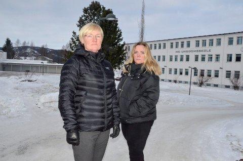 FAU-leder ved Mo ungdomsskole Trine Lise Michalsen (t.v.) og FAU-leder ved Gruben ungdomsskole Janniche Larset, samler engasjerte foreldre til markering på Mo ungdomsskole, før de i samlet flokk tar seg til skolemøtet i rådhuset.