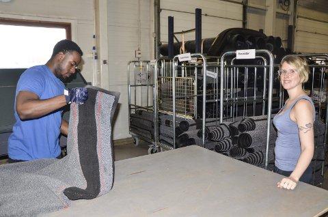TRIVES: Evan Melo jobber på matte- og moppesiden på Kvikk Vask & Renseri i Vika. Driftsleder på vaskeriet, Therese Djupos, skryter av sine nye medarbeidere. Foto: Trond Isaksen