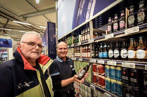Kutter glassflasker: Tradisjonen tro, nå fjernes glassflaskene fra butikkhyllene. Natteravn-sjef Stein Hovind og avdelingsleder ved Coop Obs Jonny Øverheim.