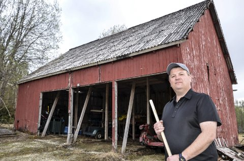 SKAL RIVES: Nå blir det nytt lagerhus på golfbanen på Alteren. Dette gamle bygget har gjort sitt og skal snart rives. Leder i golfklubben, Geir Nilsen, ser lyst på framtida.