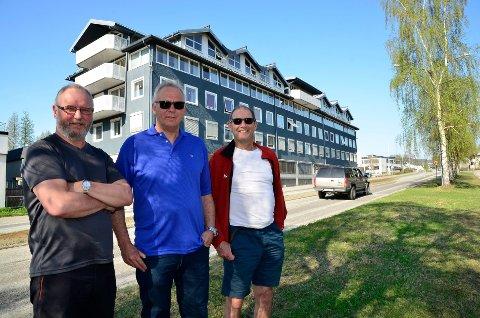 HÅPER PÅ PARK: Beboerne i Sameiet Furuholmgården ønsker Nordlandsparken velkommen. De håper å bli kvitt gjennomgangstrafikken. Fra venstre Rune Kristoffersen, Sverre Kalstad og Tare Steiro.