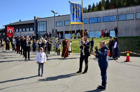 HAUKNES: Sigurd Hulbekkmo(9) og Lukas Rudolfsen (10) og Dag Ove Olsen (voksen) hadde ansvaret for fanen til Hauknes skolekorps.