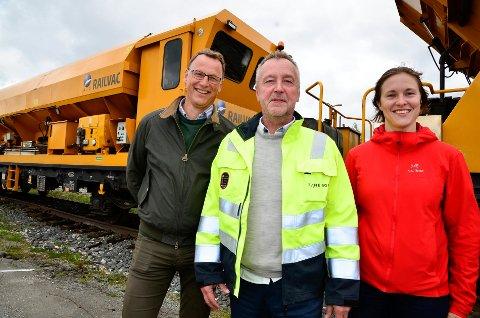 GLEDER SEG: Tom Petter Høgset, banesjef Nordlandsbanen nord (i midten), Andreas Øveraasen, prosjekteringsleder Bane NOR og Hedvik Hansen, prosjektingeniør Bane NOR gleder seg over arbeidet som nå pågår for fullt på Nordlandsbanen.