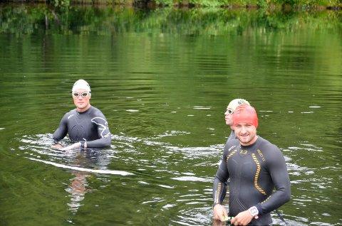 Svømme trening i Revelåga. Håkon Skog Erlandsen og Lasse Finstad.