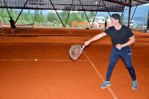 ACTION: Severin Hansen er en av mange som har hentet fram tennisracketen denne sommeren. Hallen på Skillevollen er full nesten hver kveld.