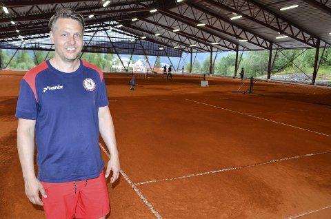 TENNISCUP: Kenneth Braaten er en av ildsjelene bak is- og tennishallen på Skillevollen. Han gleder seg over at tennis nå blir en del av tilbudet i Haaland Cup. Foto: Trond Isaksen