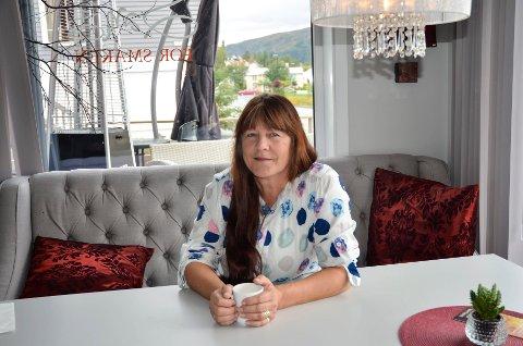 """Christin Bakke-Nilssen Horseng (58) ble ufør etter kreftsykdommen og flyttet til østlandet for å komme nærmere barnebarnet, men Christin kommer """"hjem"""" til Hemnesberget når hun kan."""