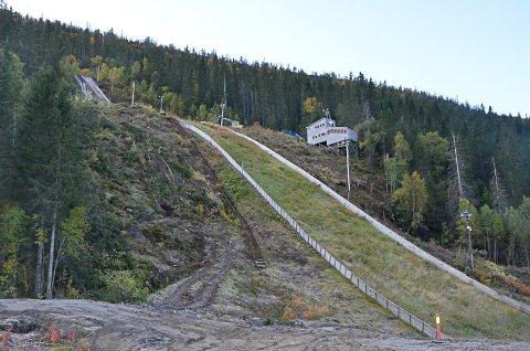 Den nest største bakken (K74), tett inntil hovedbakken, vil ikke kunne påbegynnes i år. Byggingen av denne bakken vil måtte utsettes til neste år.
