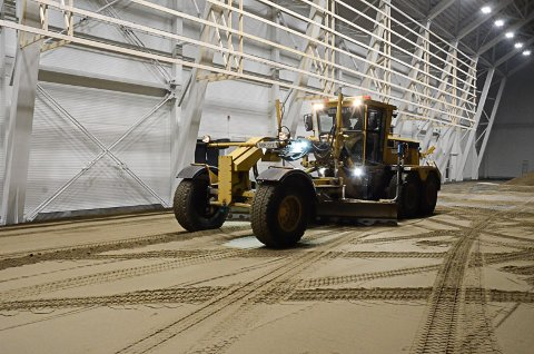 AVRETTING: Avrettingen av selve banen i fotballhallen på Sagbakken er i gang. Når det er klart skal kunstgresset legges.