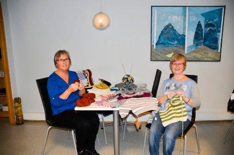 Helen Isaksen (t.v.), Bente Jensen og øvrige damer på Strikkekafeen gjør seg klare til storinnrykk torsdag og fredag. Da inviterer de tradisjonen tro til Håndarbeidsmesse, på Møteplassen i Fridtjof Nansens gate.