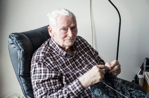 Elson Eindride Pedersen (81) Har ikke tall på hvor mange strikketøy han har hatt i løpet av livet, men mange er det.