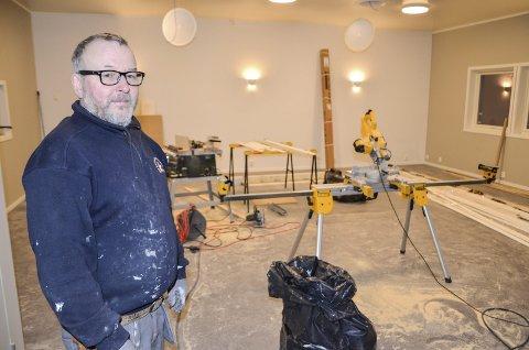 GLEDER SEG: Lørdag inviterer Arne Steinfjell og Alteren skytterlag til åpning av det nye klubbhuset på anlegget i Strupen. Denne uka ble byggingen, som startet sommeren 2017, avsluttet.