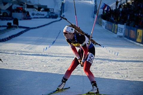 TUNGT: Emilie Å. Kalkenberg, Skonseng UL, følte seg tom på sprinten i Holmenkollen torsdag. Da var det vanskelig å lykkes også på standplass. Det ble fire bom på 10 skudd. Foto: Trond Isaksen