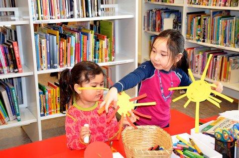 Vinterferie: Mena (3) (f.v) og Mina (5) koser seg på biblioteket i vinterferie, der de får gjøre hyggelige ting som å lage sol.