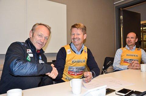 AVTALE I BOKS: Kombinertsjef Ivar Stuan takker for den nye avtalen med Helgeland Kraft. Arild Markussen og Lars Andreas Østvik ble for anledningen kledd opp i Jarl Magnus Riibers ledertrøye i verdenscupen.