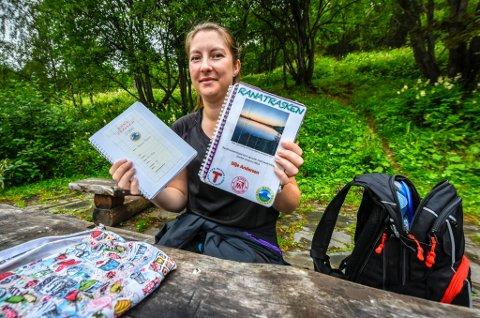 Silje Andersen har med seg hjemmelagde tur-bøker hvor hun limer inn bilder, og skriver tekster fra hver tur hun går.
