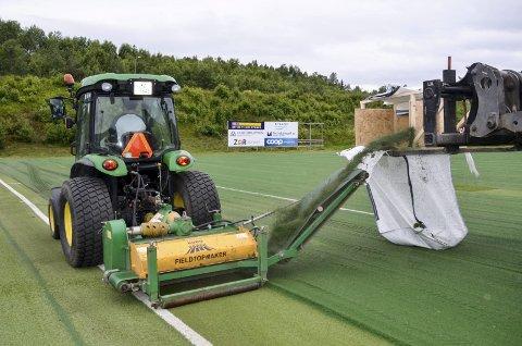 SMART: Med traktoren freses gummigranulaten på Sagbakken Stadion opp på et transportband, som igjen sender den rett opp i sekker til gjenbruk. Foto: Trond Isaksen