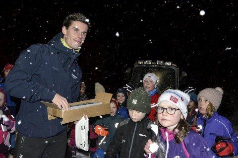 REFLEKS: Helgeland Sparebanks Rolf Einar Jensen hadde ikke bare 150.000 kroner med seg fra gavestiftelsen til Skonseng UL og den nye tråkkemaskinen, han delte også ut refleks til de yngste skiløperne. Foto: Trond Isaksen