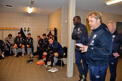 Trener Tore Arne Jakobsen møtte mandag kveld spillerne til den første offisielle Rana FK-treningen i en ny sesong, denne gangen i 3. divisjon. Med seg i trenerteamet får han nå Destin Makumbu. Foto: Trond Isaksen