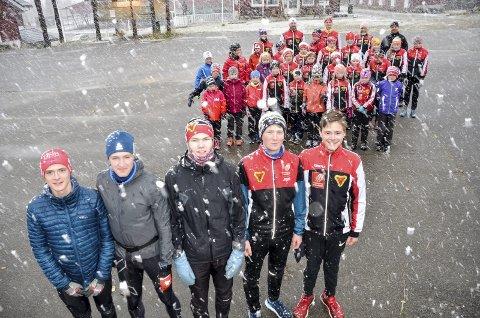 Disse juniorene tok ansvar da B&Y IL ønsket flere instruktører på helgas skisamling på Skillevollen. Og jaggu forbarmet ikke sesongens første snøfnugg seg over gjengen. Foto: Trond Isaksen