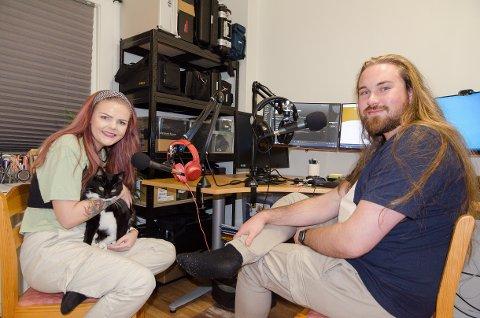 Camilla Bjørkmo og Benjamin Strøm Bøen lager podcast på hjemmekontoret. Noen følgere er så store fans at de sender gaver i posten, fra hjemmelagde såper til kattemat til katten Wilma.
