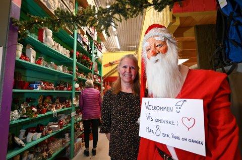 Sissel Åvitsland  har gått gjennom 70 esker med julepynt for å få årets juleutstilling på Askeladden i havn. Ennå har hun 100 esker igjen.