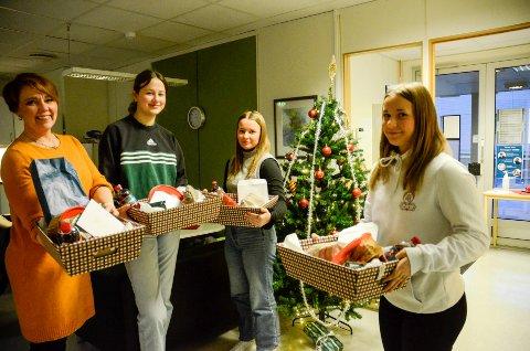 Daglig leder ved Rana Frivilligsentral, May-Lis Bottolfsen  har fått hjelp av Una Gilbert (15), Selma Berre (15)  og  Astri Berre (15) til å få ferdig julekurvene som skal deles ut til personer som blir alene julaften.