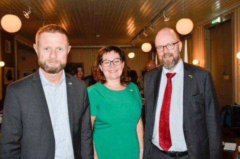 Helseminster Bent Høie (t.v.) har tildelt Rana kommune, her representert ved varaordfører Anita Sollie (H) og ordfører Geir Waage (Ap) 2,7 millioner kroner for å styrke helsestasjons- og skolehelsetjenesten.