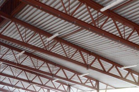 Slik ser taket ut på sørvestsiden av hallen i dag. Platene er tydelig bøyde etter snøtyngden i vinter. Undersøkelsene viser at snølasten har vært større enn det platene har tålt.Foto: Trond Isaksen