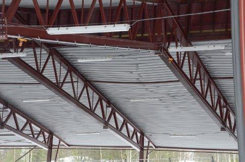 Takplatene på is- og tennishallen på Skillevollen var bøyd og det knaket i takkonstruksjonen på grunna av snømassene.