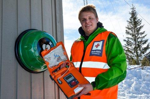 Ole-Kristian Kaspersen i Rana Røde Kors viser frem den nye hjertestarteren på Raudvatnet.