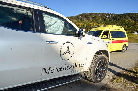 Et løpsk dekk smalt inn i nedre del av døra på denne Mercedes Pickupen, som var securitycar på 2- timersløpet på Røssvoll motorstadion søndag. Inne i bilen satt en gutt i 10-årsalderen.