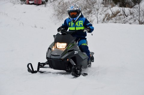Unge scooterførere koste seg med kjøring på crossbanen på ACR lørdag.