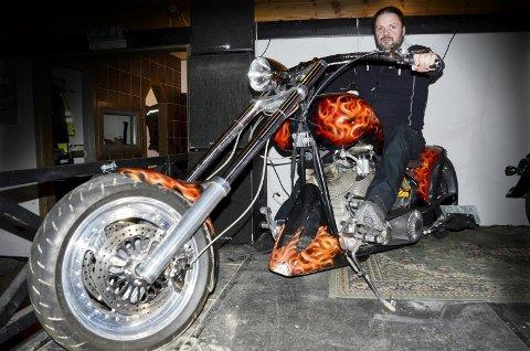 RÅ MASKIN: Jann Ronny Lund fra Gruben har bygd sin Harley Davidson-utgave selv – to ganger. – Sykkelen var første gang registrert i 2000, men er bygd om og endret radikalt i løpet av de siste tre årene, forteller Lund. Foto: Trond Isaksen og Jann Ronny Lund