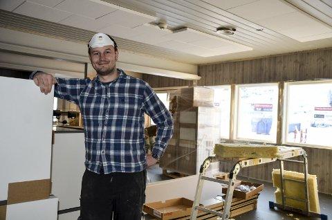 Oddgeir Sørensen jobber som kokk i Stenneset Mat & Vin, men tar et tak med oppussingen av restauranten på Skillevollen. Selve alpinkroa åpner i løpet av måneden. Foto: Trond Isaksen
